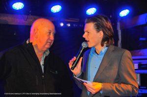 Joey, presentator tijdens de grote finale van het Glazen Dorpshuis Steenwijkerwold, tbv. Voedselbank Steenwijkerland.