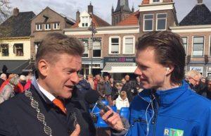 Joey, presentator van RTV SLOS tijdens Koningsdag, een interview met de burgemeester van Steenwijkerland