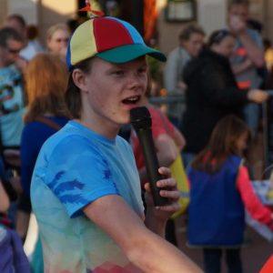 Joey, speaker tijdens de Avondvierdaagse van Steenwijk.