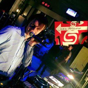 Joey, live voice-over tijdens de Soneo Dance Challenge.