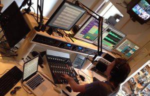 Joey, voice-over en radio deejay in de studio's van RTV SLOS