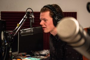 Joey als voice-over aan het werk in zijn studio